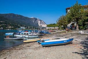 Boats on beach of Isola dei Pescatori, Borromean Islands, Lake Maggiore, Piedmont, Italian Lakes, Itの写真素材 [FYI03791413]