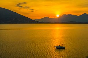 View of sunrise on Lake Maggiore from Baveno, Lago Maggiore, Piedmont, Italian Lakes, Italy, Europeの写真素材 [FYI03791417]
