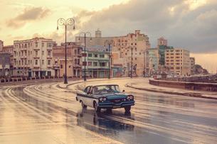 Old American car, Malecon, Havana, Cuba, West Indies, Caribbean, Central Americaの写真素材 [FYI03791457]
