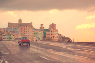 Malecon at sunset, Havana, Cuba, West Indies, Caribbean, Central Americaの写真素材 [FYI03791458]