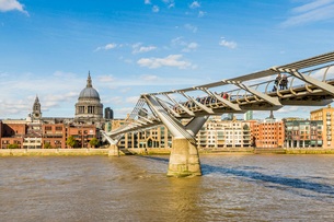 St. Paul's Cathedral and the Millennium Bridge over the River Thames, London, England, United Kingdoの写真素材 [FYI03791464]