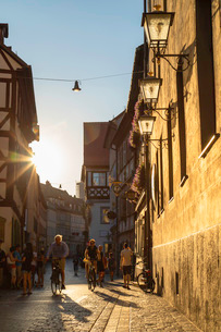 People walking along Dominikanerstrasse, Bamberg, UNESCO World Heritage Site, Bavaria, Germany, Euroの写真素材 [FYI03791536]