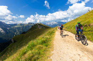 Biker on the Viel del Pan pathway, Pordoi Pass, Fassa Valley, Trentino, Dolomites, Italy, Europeの写真素材 [FYI03791595]
