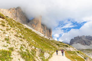 Tourists walks on the pathway for Three Peaks of Lavaredo, Dolomites of Sesto, Province of Belluno,の写真素材 [FYI03791629]