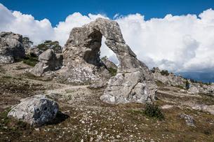 Beautiful arch at Legravsporten sea stacks, Gotland, Sweden, Scandinavia, Europeの写真素材 [FYI03791679]