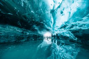 Ice cave in Vatnajokull glacier, Iceland, Polar Regionsの写真素材 [FYI03791701]