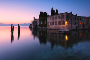 Punta San Vigilio at dawn, a beautiful resort on Lake Garda, Verona province, Veneto, Italian Lakes,の写真素材 [FYI03791791]