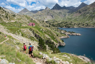 Hikers make their way along the the long distance footpath called the GR11 towards Refugio Respomusoの写真素材 [FYI03791829]