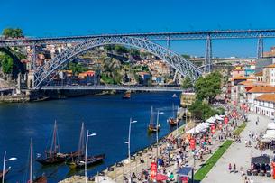 View of Dom Luis I Bridge over Douro River and Vila Nova de Gaia waterfront with Porto wine ships anの写真素材 [FYI03791839]