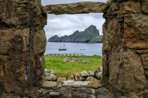 Village Bay through stone remains of evacuated village, Hirta, St. Kilda Archipelago, UNESCO World Hの写真素材 [FYI03791863]