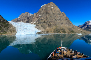 Expedition cruise ship and passengers, tidewater glacier, South Skjoldungen Fjord, glorious weather,の写真素材 [FYI03791922]