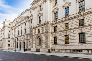 The grand architecture of the Treasury building in Whitehall, Westminster, London, England, United Kの写真素材 [FYI03791928]