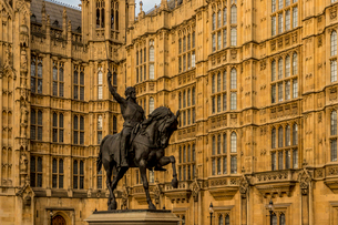 Richard the Lionheart statue at The Palace of Westminster (Houses of Parliament), London, England, Uの写真素材 [FYI03791934]