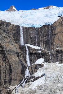 Glacier and waterfall, South Skjoldungen Fjord, Skjoldungen Island, glorious weather, remote South Eの写真素材 [FYI03791937]