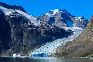 Mountains and tidewater glacier, rugged South Skjoldungen Fjord and Island, glorious weather, remoteの写真素材 [FYI03791943]