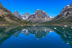 Reflections, beautiful mountains, rugged South Skjoldungen Fjord and Island, glorious weather, remotの写真素材 [FYI03791944]