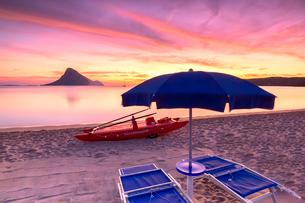 Amazing sunrise on the beach of Porto Taverna with the Tavolara Island in the background, Loiri Portの写真素材 [FYI03792002]