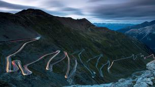 Light trails at night on The Stelvio Pass (Passo dello Stelvio), Eastern Alps, Italy, Europeの写真素材 [FYI03792045]
