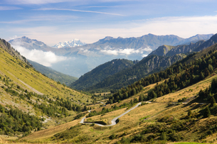 A typical view of the French Alps in the summer, with blue skies, Col du Glandon, Dauphine Alps, Savの写真素材 [FYI03792050]