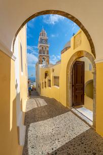 View of clock tower of Church Ag Loannis Baptistis, Fira, Santorini (Thira), Cyclades, Greek Islandsの写真素材 [FYI03792096]