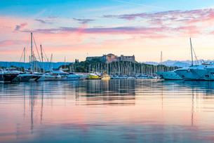 Fort Carre and Antibes Harbour at sunrise, Provence-Alpes-Cote d'Azur, French Riviera, France, Meditの写真素材 [FYI03792163]