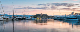 Fort Carre and Antibes Harbour at sunrise, Provence-Alpes-Cote d'Azur, French Riviera, France, Meditの写真素材 [FYI03792171]