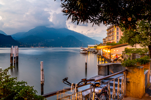 View of Lake Como and Bellagio at dusk, Province of Como, Lake Como, Lombardy, Italian Lakes, Italy,の写真素材 [FYI03792191]