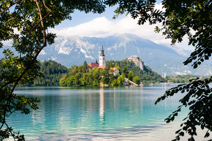Tiny island with a church, a castle on a crag, and mountain views, Lake Bled, Slovenia, Europeの写真素材 [FYI03792194]