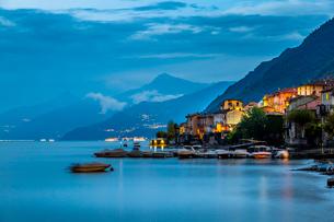 View of Lake Como from Lezzeno at dusk, Province of Como, Lake Como, Lombardy, Italian Lakes, Italy,の写真素材 [FYI03792255]