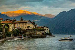 View of Lake Como from Lezzeno at dawn, Province of Como, Lake Como, Lombardy, Italian Lakes, Italy,の写真素材 [FYI03792257]