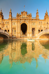 Facade the old palace built in Neo-Mudejar style reflected in the canal, Plaza de Espana, Seville, Aの写真素材 [FYI03792274]