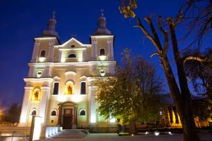 Church at night in Baia Mare, Maramures, Romania, Europeの写真素材 [FYI03792486]