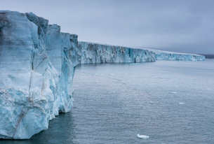 Very huge glacier on McClintok (MacKlintok) Island, Franz Josef Land archipelago, Arkhangelsk Oblastの写真素材 [FYI03792533]