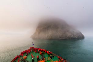 Icebreaker approaching the Skala Rubini (Rubini rock), Franz Josef Land archipelago, Arkhangelsk Oblの写真素材 [FYI03792536]