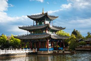 Black Dragon Pool Park, Lijiang, Yunnan Province, China, Asiaの写真素材 [FYI03792545]