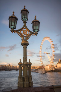 The London Eye at sunset, seen from Westminster Bridge, South Bank, London, England, United Kingdom,の写真素材 [FYI03792858]
