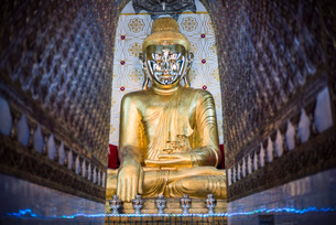Gold Buddha statue at a Buddhist Temple at Inle Lake, Shan State, Myanmar (Burma), Asiaの写真素材 [FYI03792924]