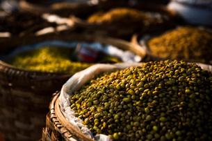 Fruit and vegetable market at Pindaya, Shan State, Myanmar (Burma), Asiaの写真素材 [FYI03792930]
