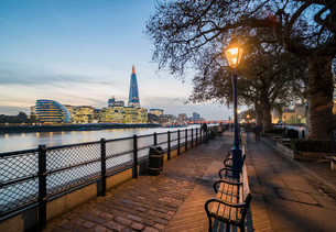 The Shard and River Thames at night, London, England, United Kingdom, Europeの写真素材 [FYI03792973]