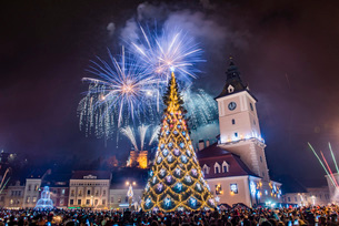 Fireworks over Brasov main square on New Years Eve, Brasov, Brasov County, Romania, Europeの写真素材 [FYI03792998]