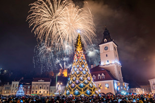 Fireworks over Brasov main square on New Years Eve, Brasov, Brasov County, Romania, Europeの写真素材 [FYI03792999]