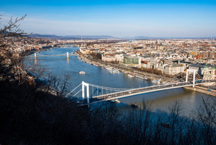View of River Danube from Gellert Hill, Budapest, Hungary, Europeの写真素材 [FYI03793013]