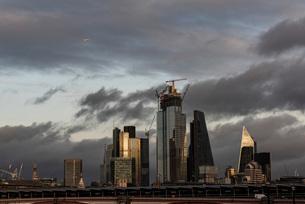 Aeroplane flying over The City of London, London, England, United Kingdom, Europeの写真素材 [FYI03793021]
