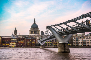 St. Pauls Cathedral at sunset, Millennium Bridge and River Thames, The City of London, London, Englaの写真素材 [FYI03793033]