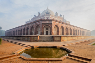 Pond by Humayun's Tomb in Delhi, India, Asiaの写真素材 [FYI03793052]