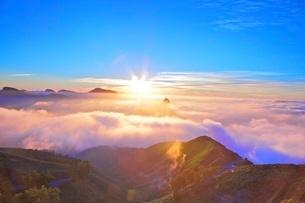Sunset over Roque Bentayga, Gran Canaria, Canary Islands, Spain, Atlantic Ocean, Europeの写真素材 [FYI03793101]