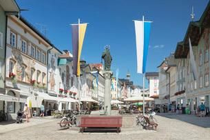 Marktstrasse street, pedestrian zone, Bad Toelz, Upper Bavaria, Bavaria, Germany, Europeの写真素材 [FYI03793206]