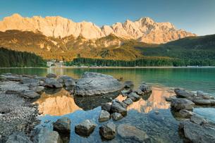 Eibsee Lake, Eibsee Hotel and Wettersteingebirge Mountains, near Grainau, Werdenfelser Land range, Uの写真素材 [FYI03793220]