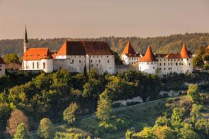 Burghausen Castle at sunset in Burghausen, Germany, Europeの写真素材 [FYI03793252]