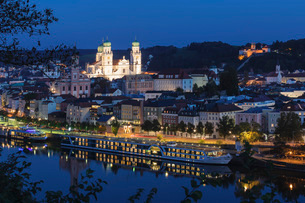 Cityscape at night in Passau, Germany, Europeの写真素材 [FYI03793264]